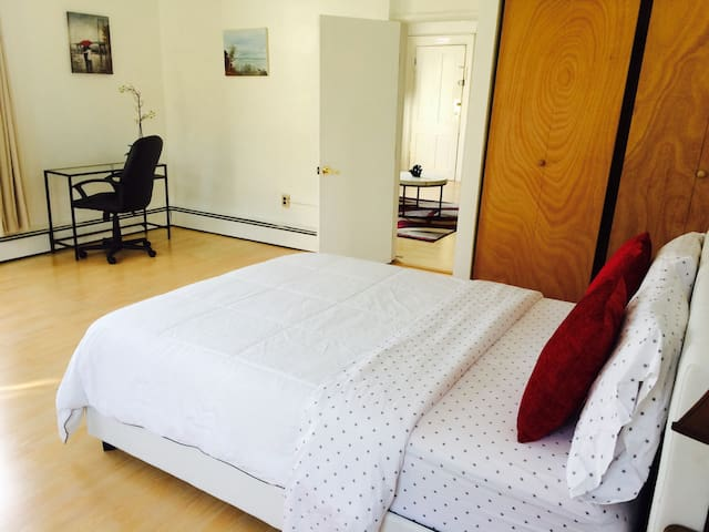 Clean and park/view one bedroom apt OTR/UC