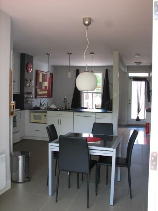Cuisine et salon à aire ouverte