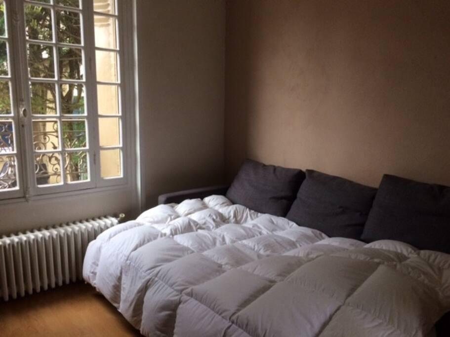 canapé lit + un matelas 2 places à disposition