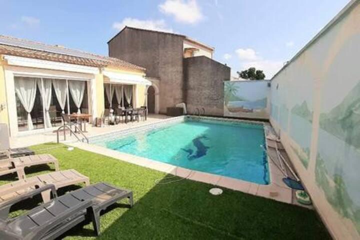 Villa climatisée  grande piscine  sans vis à vis.