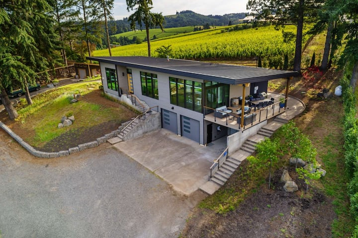 Modern Custom Wine Country Villa, Epic Views, Huge Decks, Fire-pit, Ping Pong, Walk to Wineries