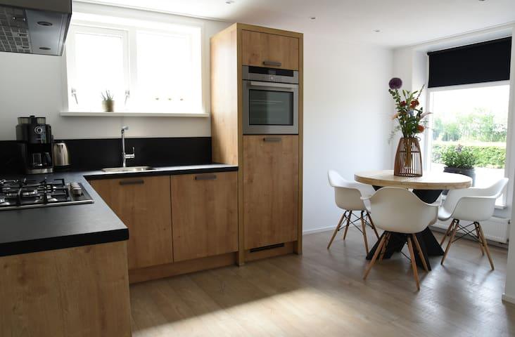 Moderne keuken met alle gemakken en gezellige trendy zithoek