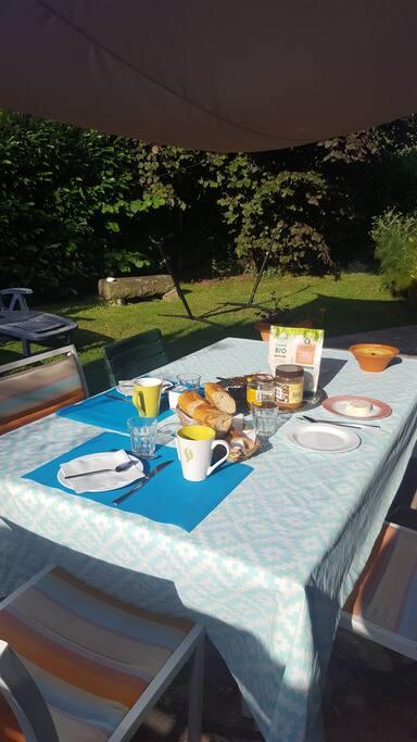 Petit déjeuner à l'extérieur ,quand le temps le permet !