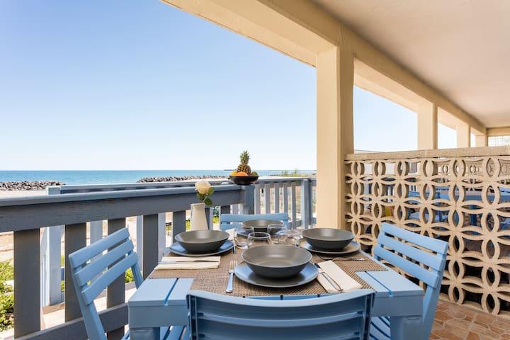 Première ligne avec terrasse et vue sur la mer T2