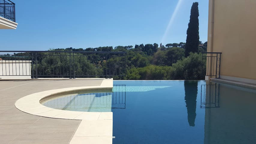 Luxuary apt with sea view in a provençal village!