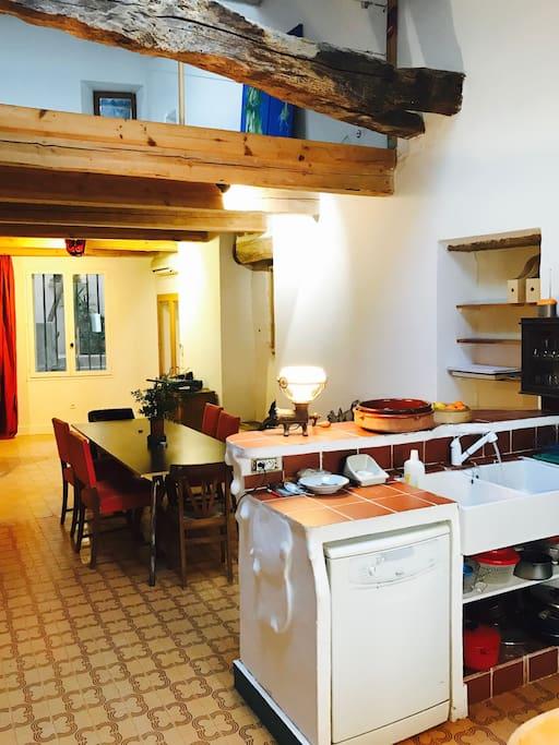cuisine et table pour 8 pers.