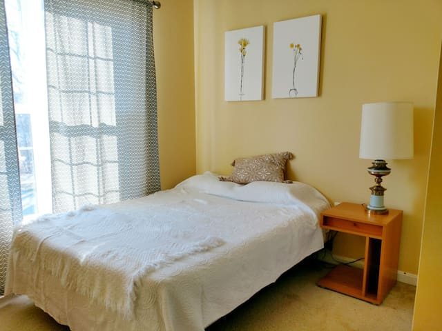 Private Bedroom in a Family Home in Cheverly
