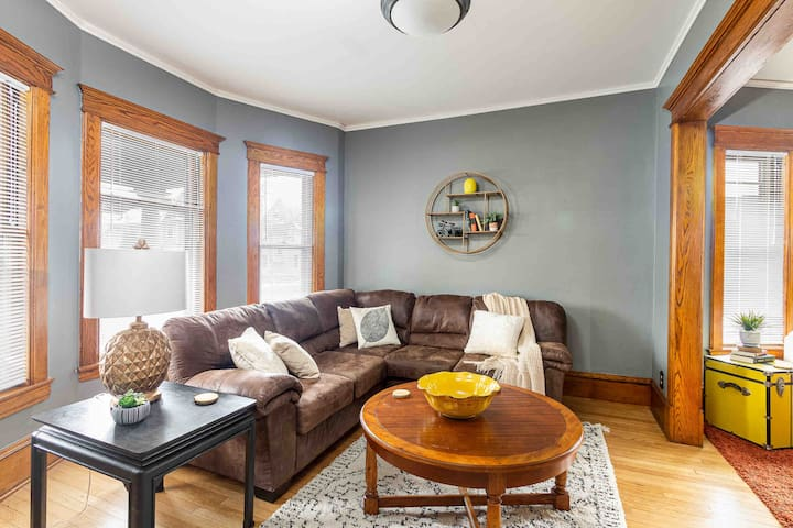 Spacious Victorian Charm ❤️ of Downtown KZOO 2-BDR