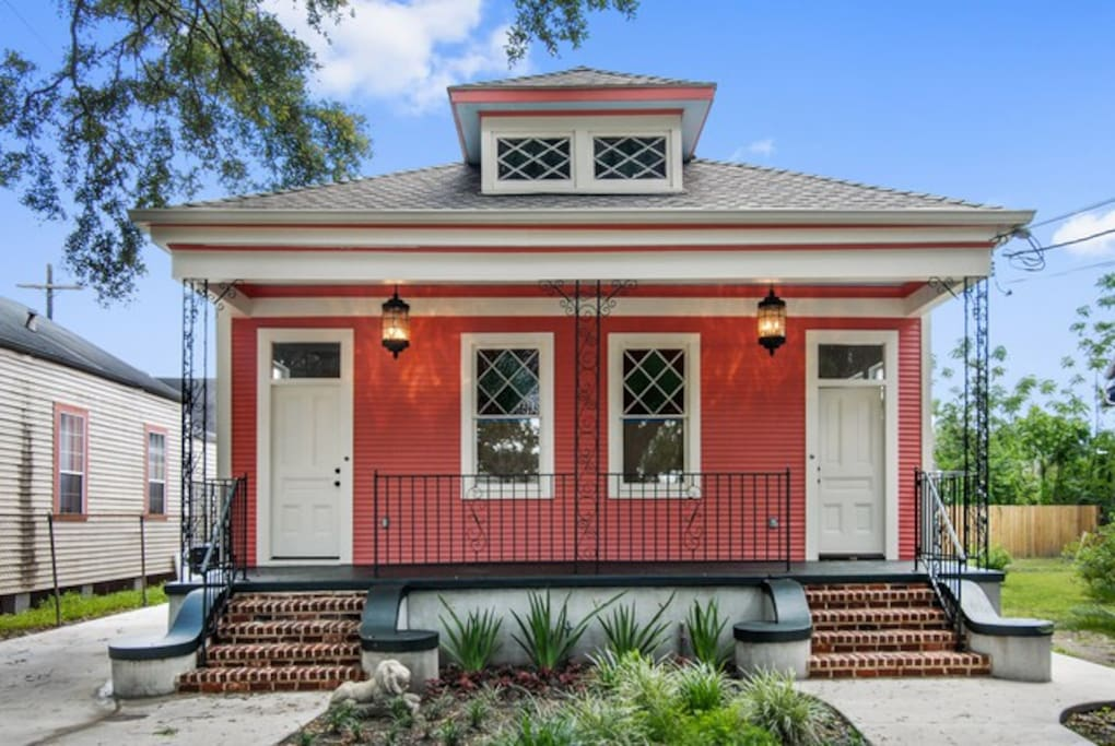 The house is on an oak-lined boulevard in a historic neighborhood with lots of interesting architecture. Dedicated bike lanes right outside lead to the French Quarter or Marigny-Bywater or City Park. Jazz Fest attendees will love the convenient walk.