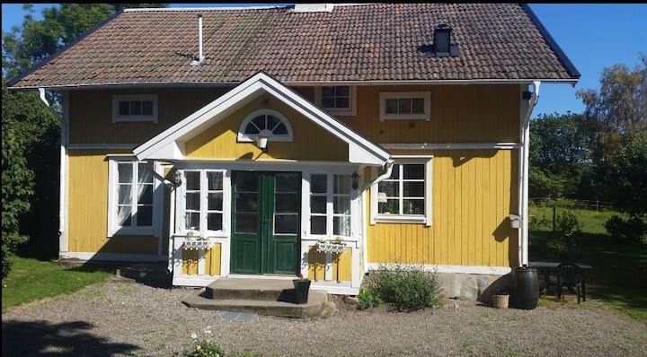 Sekelskiftsvilla i skärgårds och lantmiljö.