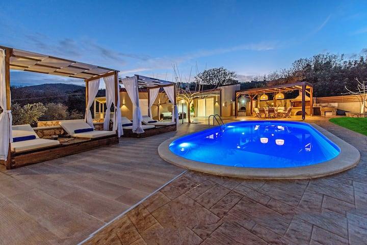 Quiet,Fantastic views,Private pool