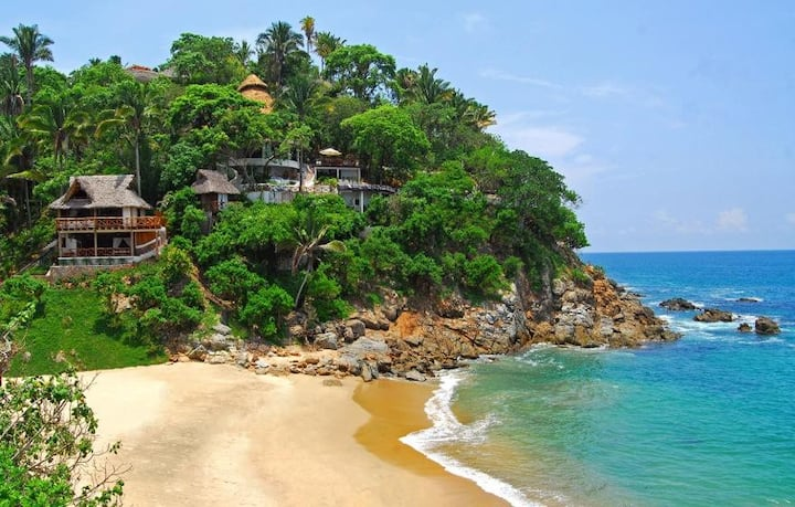 A Stunning Luxurious Secluded Beachfront Hideway w/Staff and Chef