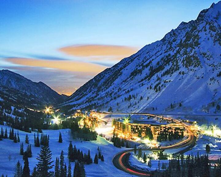 Skiers Dream: loft condo with view of Snowbird
