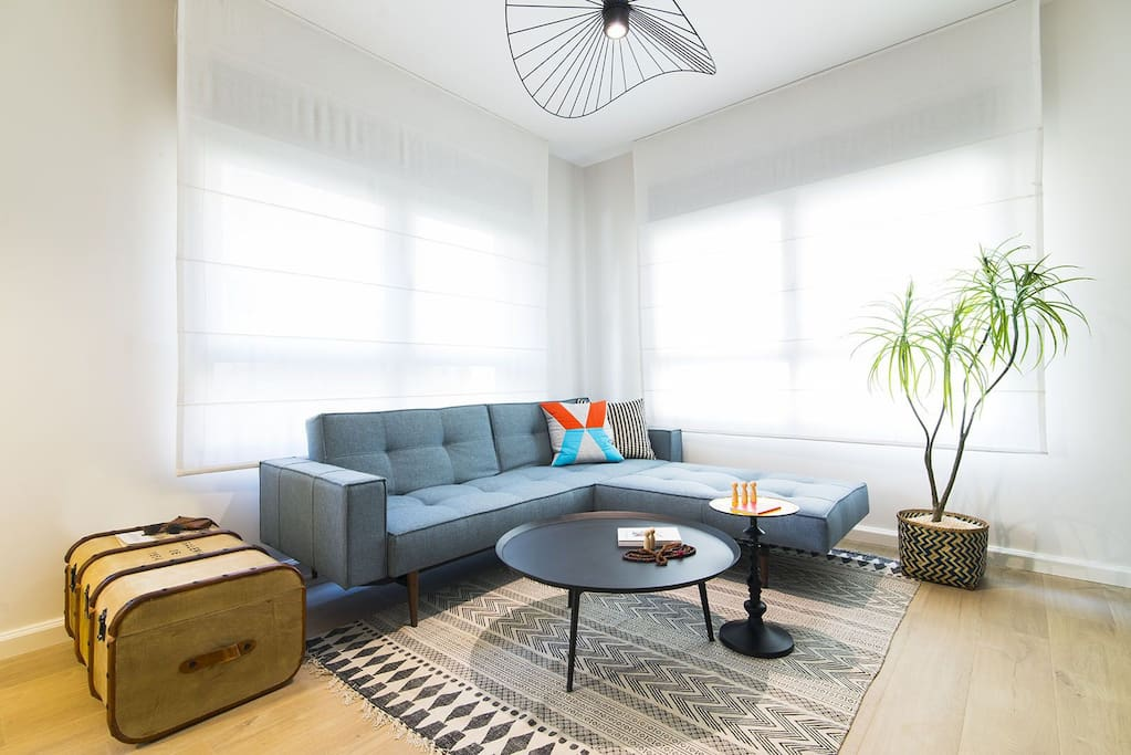 Spacious living room with plenty of light and a comfy sofabed