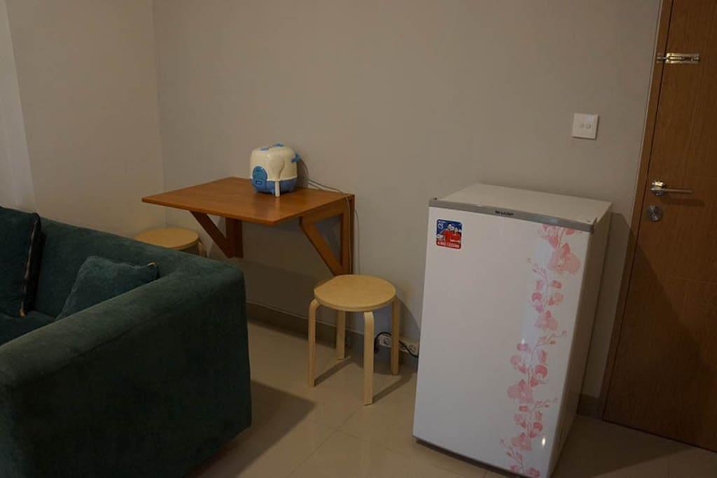 Meja makan mini setelah dibuka & kulkas 1 pintu