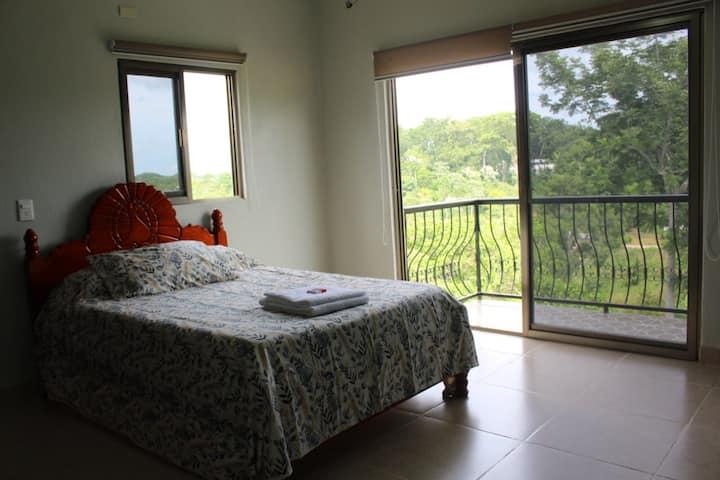 Casa Kiñ con balcones
