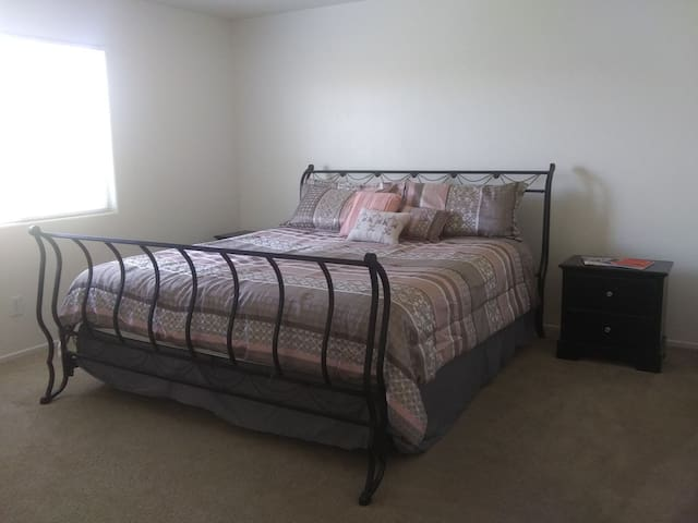 King Master Suite! 10 Minutes From Strip!