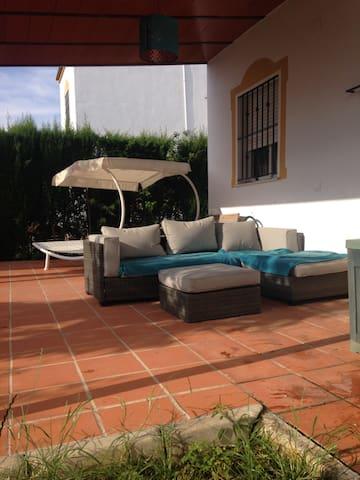 Habitación amplia y luminosa en chalet con piscina