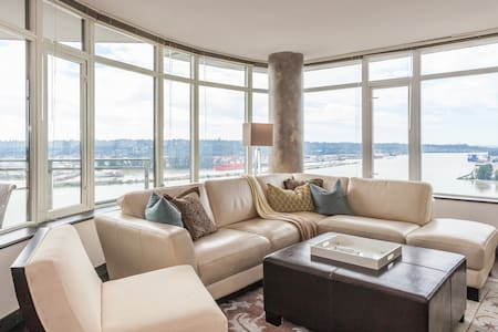 Views and great location QS bed in den - New Westminster - Appartamento