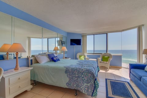 Couples Getaway! Oceanfront! Gorgeous views, pool, & easy beach access!