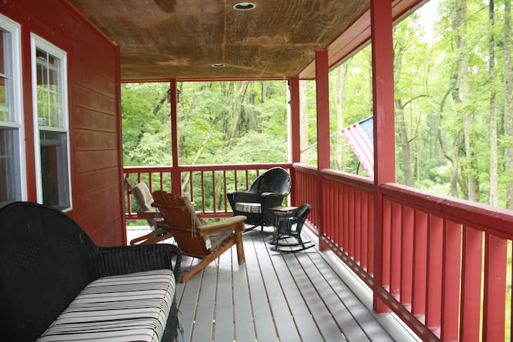 RED ROOST Fayetteville- New deck & outdoor shower
