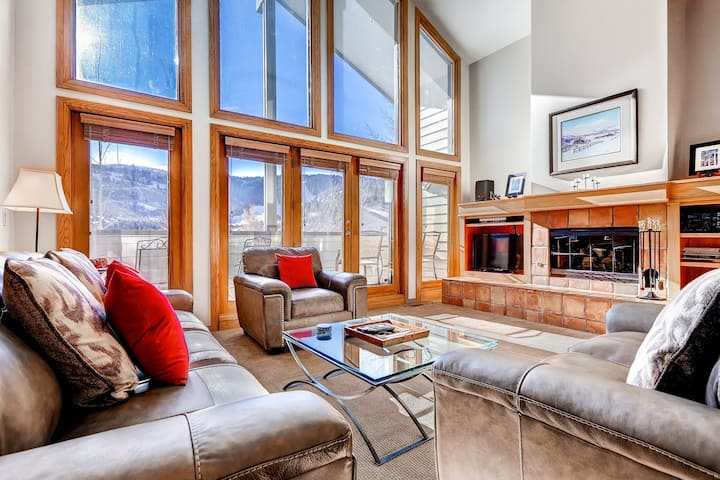 Light-filled condo with amazing ski views - on the shuttle route!