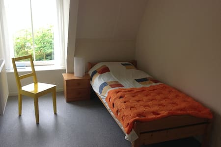 Single bed w washbasin + own shower in Friesland! - Hinnaard