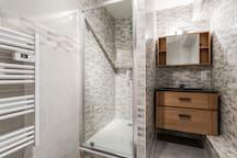 Grand douche à l'italienne et vasque design