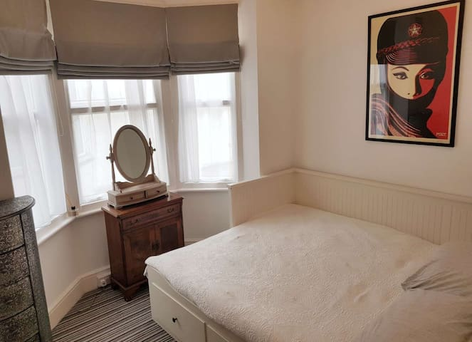 Extra room with king size guest bed available for £35 extra