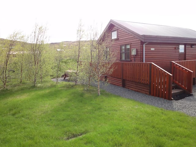 Charming cabin/ hot tub, short to all derections. - Akranes - Vakantiewoning