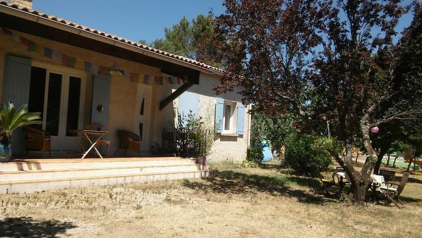 chambre dans maison au bord de la forêt - Cabrières-d'Avignon