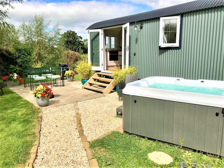 STUNNING SHEPHERDS HUT+ HOT TUB, NANTWICH CHESHIRE