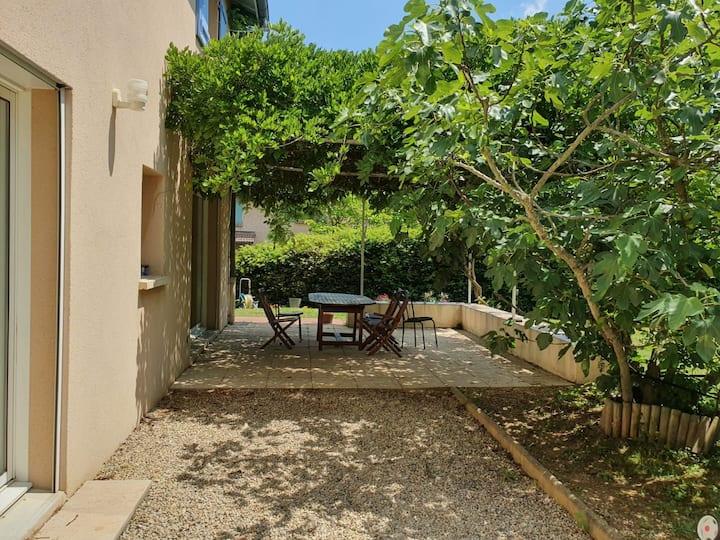Villa contemporaine calme grand jardin proche Lyon