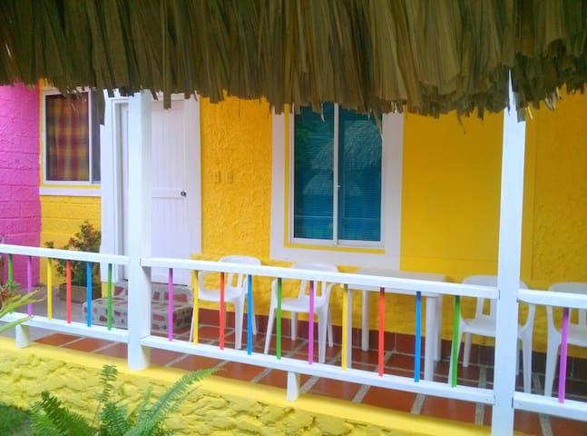 Frente de la cabaña amarilla