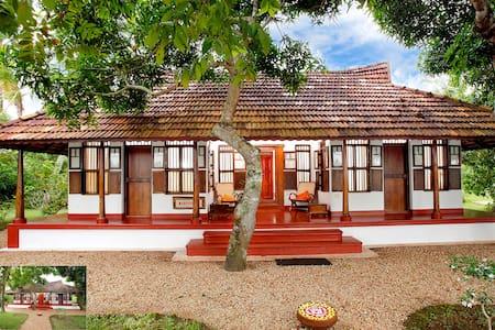 Waterfront Heritage Villa - Kumarakom