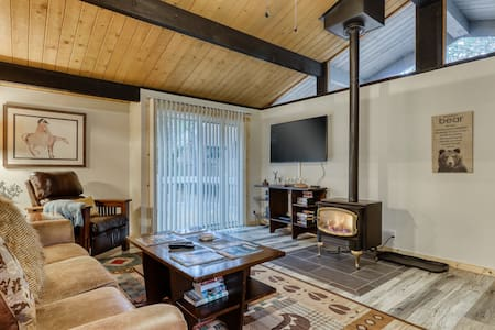 Remodeled home w/hot tub, SHARC passes, close to Sunriver Village - dogs ok!