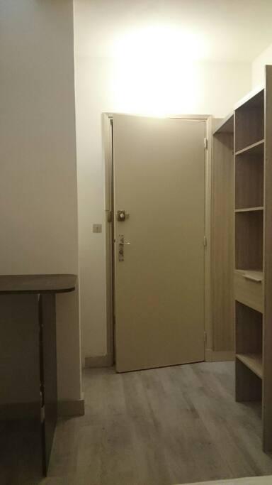 Entrée avec armoire et bureau