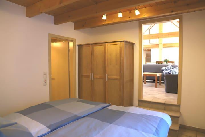 Schlafzimmer mit zwei Boxspringbetten