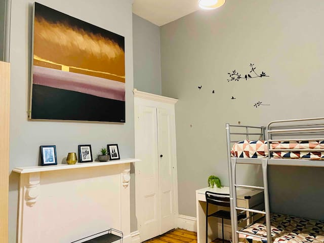 Large clean room with own lock 3 stops to cbd