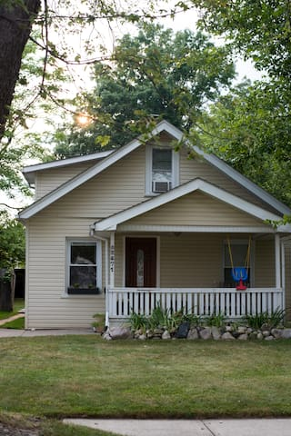 Cute & Cozy Bungalow, Metro Detroit - Ferndale - House