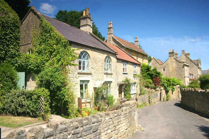 Self contained, cosy cottage, near Bath.