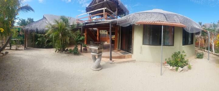 2 Bungalows (1 large) /WIFI/2min walk to the beach