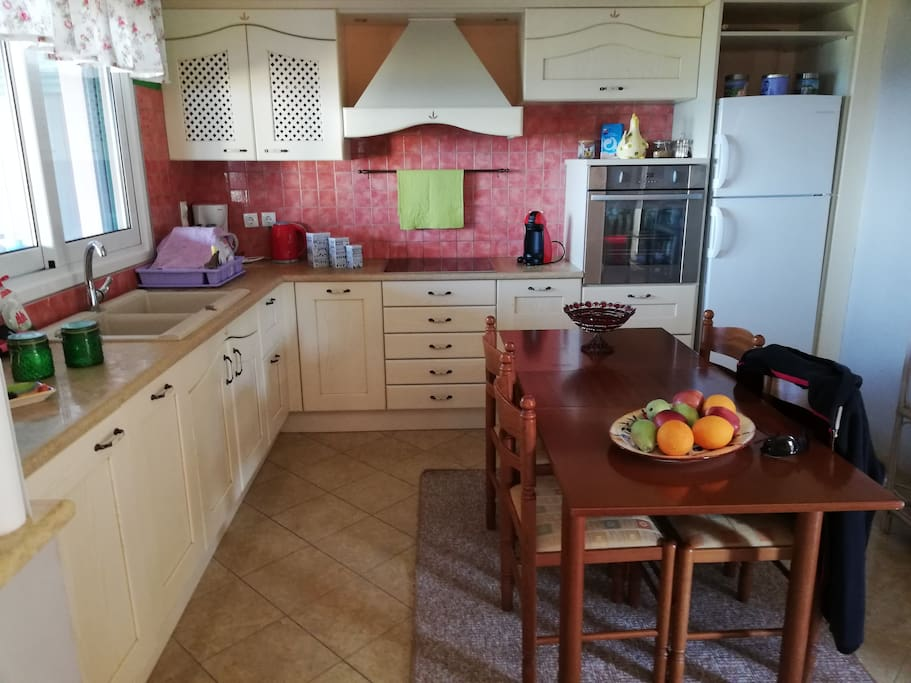 Στην πληρως εξοπλισμένη κουζίνα μας θα βρείτε ό,τι χρειάζεστε για να προετοιμάσετε τα γεύματα σας! Open kitchen fully equipped!!!