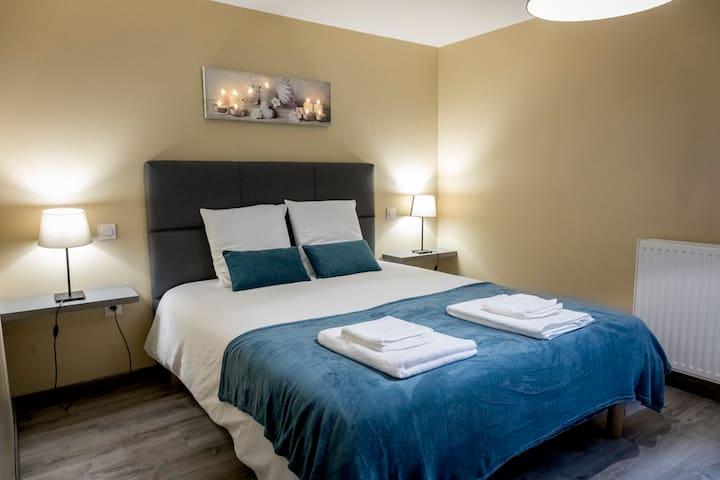 chambre avec un lit deux personnes dimension 160x190