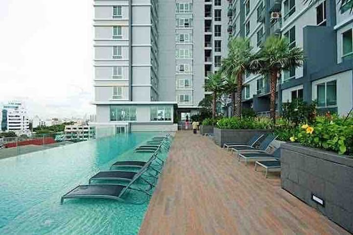 Modern Homely Condo- w/ Perfect View, Pool, & Gym