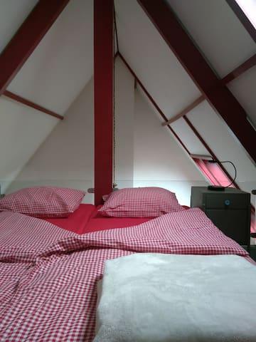 2x single bed op vide met doorkijk naar beneden.