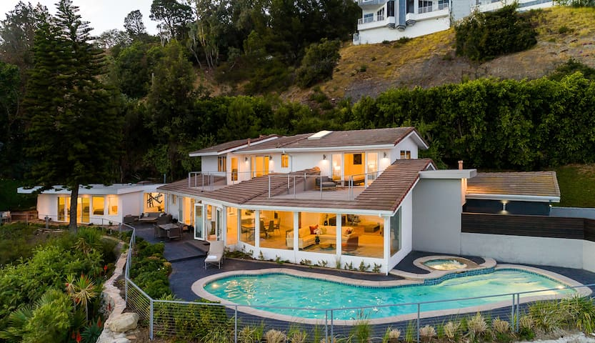 The home sits on the side of the hill will amazing views of the coastline.