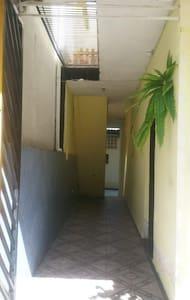 Casa com 1 quarto, 1 cozinha e 1 banheiro!!