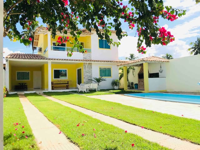 Casa com piscina , churrasqueira a 100M da praia .