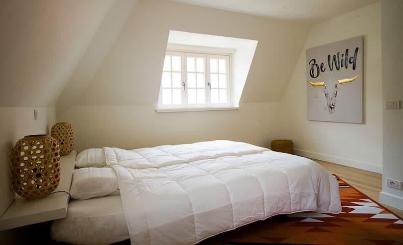 De Master bedroom met ruim tweepersoonsbed.